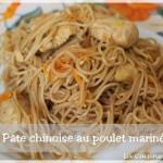 Nouilles chinoises comme au restaurant au poulet mariné à l'asiatique